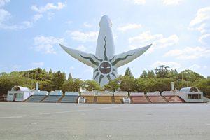 太陽の塔をのぞむお祭り広場